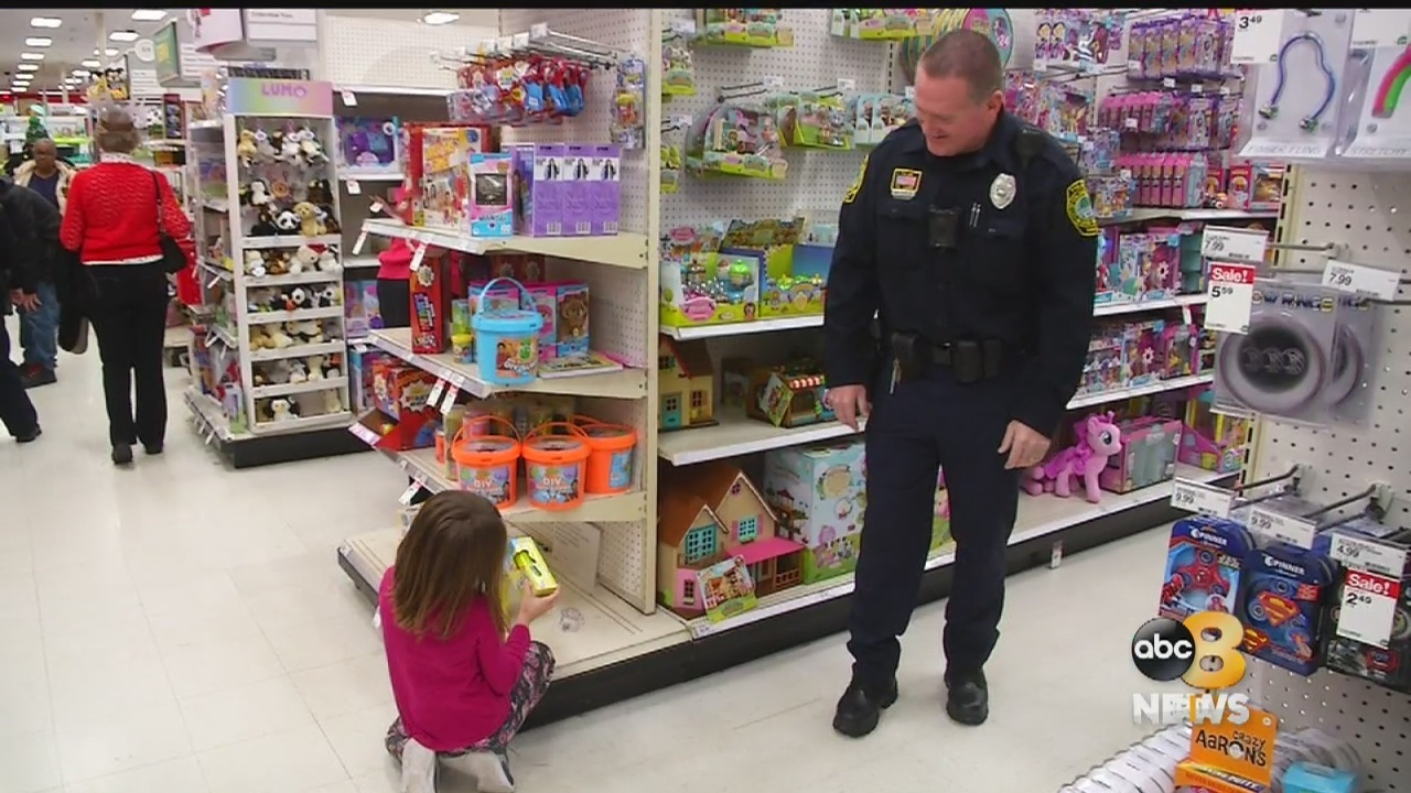 u0027Everybodyu0027s smilingu0027 Police help pick out Christmas gifts for dozens of kids & Colonial Heights Police shop with dozens of children for Christmas